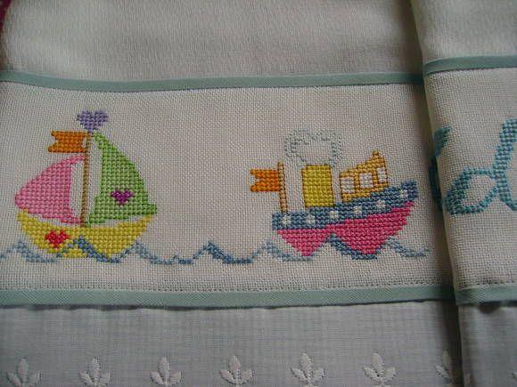 Toalha de fralda, tecido duplo, bordada em ponto cruz no cânhamo, acabamento com tecido 100% algodão, viés e bordado inglês. <br>VEJA AS FOTOS DOS DETALHES DO BORDADO