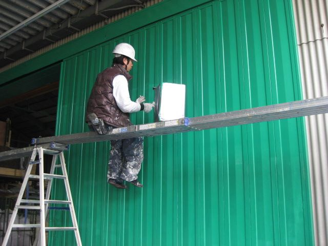 工場の扉を塗装