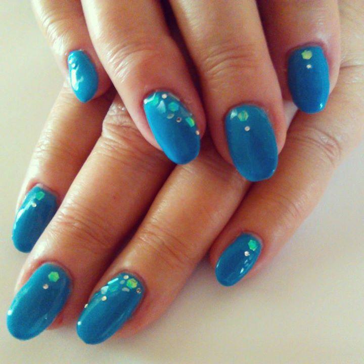Oval sculptured nails using Bio Sculpture's No. 2068 Polar Blue, with cracked ice, glitter hexagon & mini gem nail art.