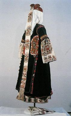 Young married woman's costume,      second half of the 19th century, Doupnitza region /back/ (NEM)