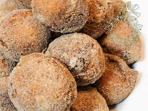 #Kwarkbollen Beslag: 125 gr kwark 5 el olie 5 el melk snufje zout 200 gr bloem 5 gr bakpoeder Decoratie: 95 gr suiker 5 gr kaneel Meng de kwark, olie, melk en het zout. Meng bloem en bakpoeder met mixer door het kwarkmengsel tot er een deeg ontstaat. Laat het deeg 20 min rusten. Schep de kwarkbollen in de olie (180 gr) maximaal 8 per keer voor 6 minuten. Haal de kwarkbol uit de olie en rol direct door de kaneelsuiker. Klaar! Vooral lekker om warm te eten. #oliebollen #recept