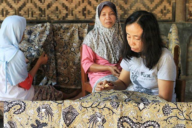 Batik Giriloyo adalah batik tulis asli dari Dusun Giriloyo di Selatan Yogyakarta. Motif batik klasik banyak ditemukan pada Batik Giriloyo ini terutama untuk motif khas Kraton Mataram. . Lokasi: Kampung Batik Giriloyo, Imogiri, Yogyakarta