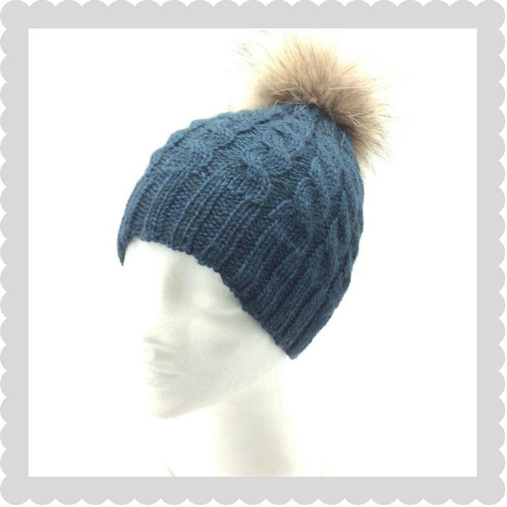Blå hue med snoninger strikket i Merino Yak