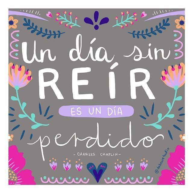 Feliz #lunesmotivacionoso. Les quiero contar que a veces me siento un poco abrumada con todo lo que debo hacer y ordenar aquí  (además de que por algo mis amigos a veces me llaman Dori *hint, memoria de pez*  ) pero estoy poniendo todo en orden para seguir creciendo mi negocio y seguiré trabajando mucho porque me encanta cuando alguna de mis ilustraciones les hace reír/sonreír  #illustration #ilustracion #quote #chaplin #color #frases #debcustudio
