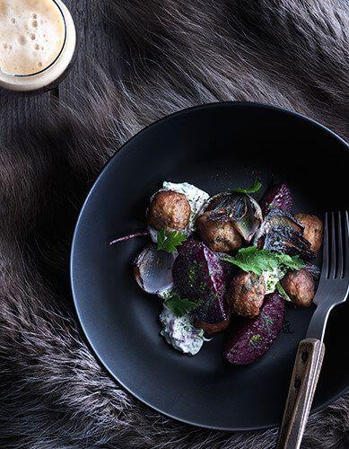 RICETTE SVEDESI di IKEA: Polpette con barbabietola, cipolla caramellata e panna acida - scopri la ricetta su https://nuovecollezioni.ikea.it/ricettesvedesi/