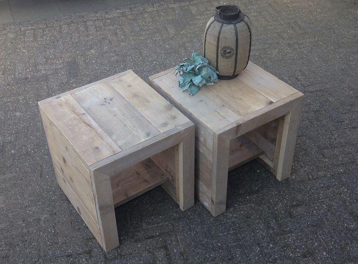 """Handig tafeltje voor bijvoorbeeld buiten bij je steigerhoutenbank.  Gemaakt van gebruikt steigerhout. Stevig en makkelijk te verzetten.    Afmetingen 55 x 55cm.    Andere afmetingen zijn natuurlijk altijd bespreekbaar!    """"Dit artikel kan niet verzonden worden met de standaardverzendkosten, overleg noodzakelijk voor juiste bezorging""""."""