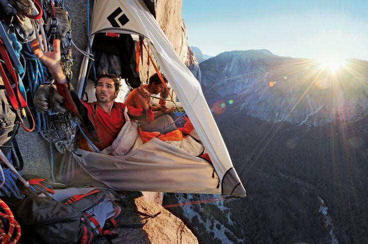 """À Yosemite (Californie), deux grimpeurs se reposent dans un """"portaledge"""" suspendu sur la paroi à 457 mètres-dessus de la vallée."""