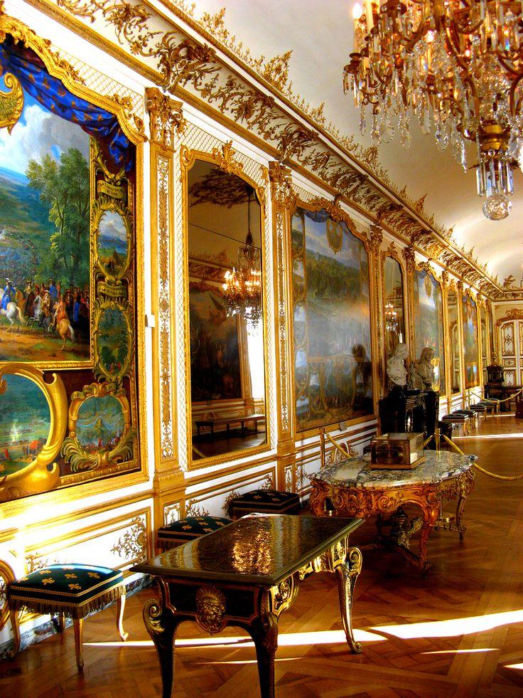 loveisspeed .......: O Château de Chantilly é um castelo histórico localizado na cidade de Chantilly, na França. É composto por dois edifícios anexos; do Grand Chateau, destruída durante a Revolução Francesa e reconstruído na década de 1870, e do Château Petit, que foi construído por volta de 1560 por Anne de Montmorency. De propriedade do Instituto de França, o palácio abriga o Musée Condé, que é uma das melhores galerias de arte em França e é aberto ao público.