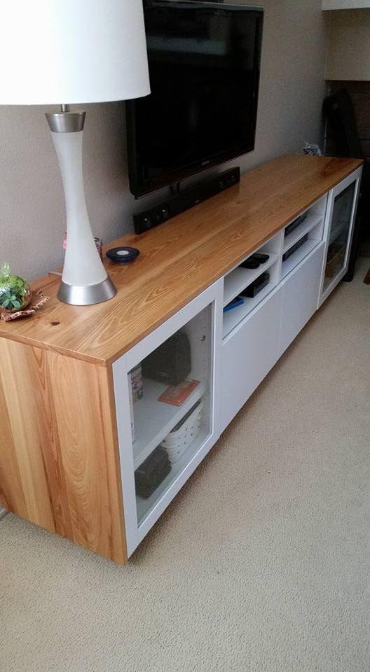 Matériel: 2 Bancs TV IKEA BESTÅ, vissés ensemble, avec tiroirs et portes. J'adore mes bancs TV IKEA BESTÅ, mais ils étaient un peu trop blancs à mon goût. J'ai donc acheté plusieurs planches de cyprès, que j'ai taillées à environ 15 cm chacun, et dont j'ai joint les côtés grâce à mon gabarit de perçage. J'ai taillé toute la pièce ainsi assemblée à 48 cm de largeur, et ai ensuite posé deux morceaux transversaux qui constitueraient les bordures des côtés du banc TV. J'ai fixé les bordures…