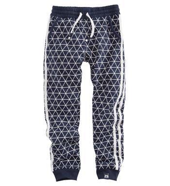 Z8 baby jongens trainingsbroek, model Jorrit. Deze comfy sweatpant heeft een all over driehoekjes dessin en sportieve strepen aan de zijkant - Blauw dessin - NummerZestien.eu