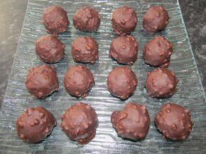 Recette pour une vingtaine de rochers: 400 gr de lait concentré sucré régilait (ou du non sucré + 80 gr de sucre) 280 gr de noix de coco 400 gr de chocolat noir 55% (de couverture) 120 gr de noisettes entières + 25 noisettes pour le coeur  Dans un premier...