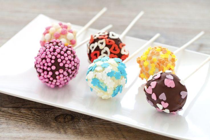 Dolci golosi a base di pan di spagna, i Cake pops sono ideali per rallegrare una festa di compleanno! Una ricetta semplice, da provare.