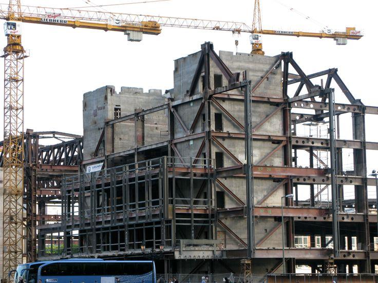 DDR Parlamenthaus goes down