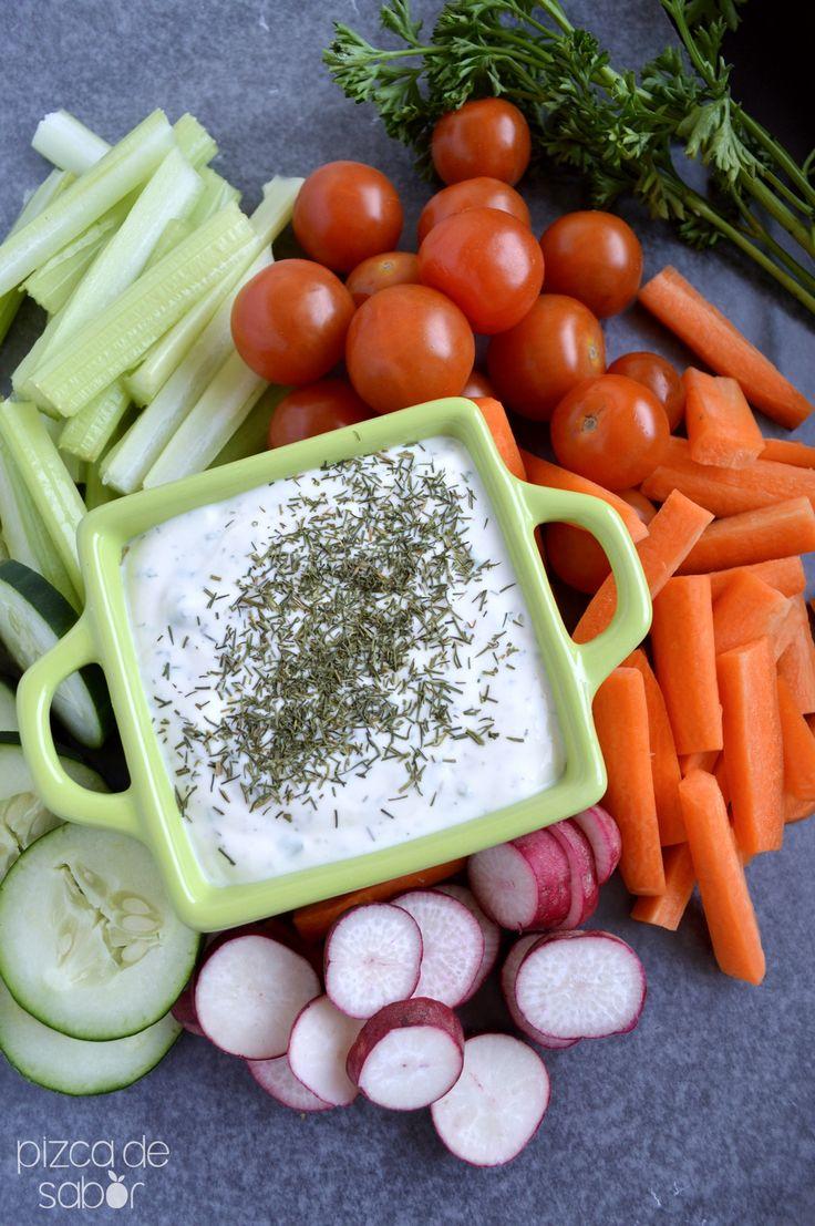 Elaboración Mezclar todos los ingredientes en un recipiente o plato, el yogurt, vinagre blanco, limón, perejil, cebollín, eneldo, ajo y cebolla en polvo, sal y pimienta al gusto