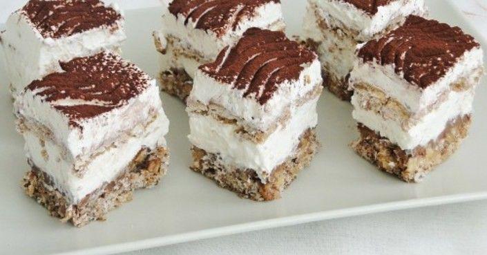 Hozzávalók a laphoz:  20 dkg háztartási keksz 10 dkg apróra tört dió 10 dkg vaj 2 evőkanál cukor 2 evőkanál tejszínhab  A középső réteghez:  10…
