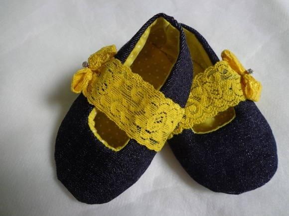 Sapatinho jeans com renda elatica para se adaptar ao pesinho do bebê. Renda amarela com detalhe em strass do lado.Forro em algodão em tecido de poá. Tamanho M.Para bebês de 3-6 meses. R$ 35,00