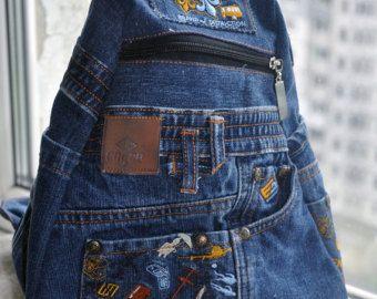 Denim blu zaino è molto affidabile, resistente ed elegante. Uno zaino ha molte tasche interne ed esterne. Elegante zaino realizzato da scarti di tessuti di cotone e denim, e cinture di denim, tasche, flaps, ecc. Cucito e decorato a mano.  altezza - 33 cm (13) Larghezza massima - 26 cm (10) profondità 15 cm (6)  Jeans firmati, borsa, zaino denim della donna fatto a mano, fatto da 100% cotone, fodera di cotone.  In un unico esemplare.