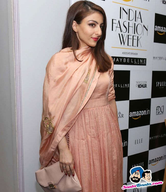 Guests at AIFW SS 2016 -- Soha Ali Khan Picture # 319206