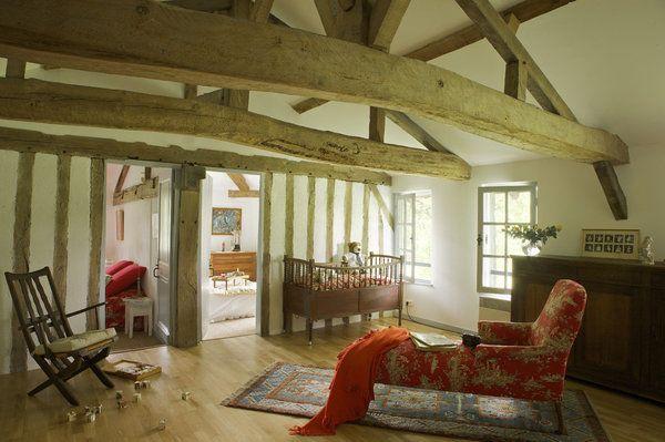 Le premier étage dessert deux chambres et une grande pièce faisant office de dortoir quand la maison est remplie. Méridienne de famille et lit de bébé  recouverts d'une toile de Jouy, Toto Solde, fauteuil basque, buffet de cuisine, plaid, Ikéa.