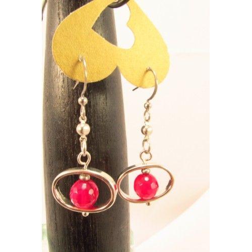 Boucles d'oreilles composées de billes facettées de jade couleur rubis, montées dans des cadres métalliques de forme ovale. De petites billes en acier inoxydable relient les cadres aux crochets. pendu à un crochet hypoallergique en acier inoxydable. Bijou