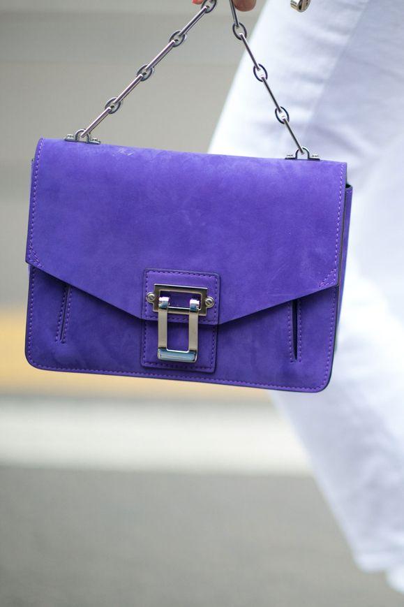 Жизнь прекрасна: главные образы гостей Недели моды в Милане | Glamour.ru