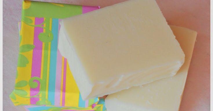 La presenza di olio di mandorle dolci rende questo sapone fai da te particolarmente nutriente e delicato. L'olio di mandorla è emo...