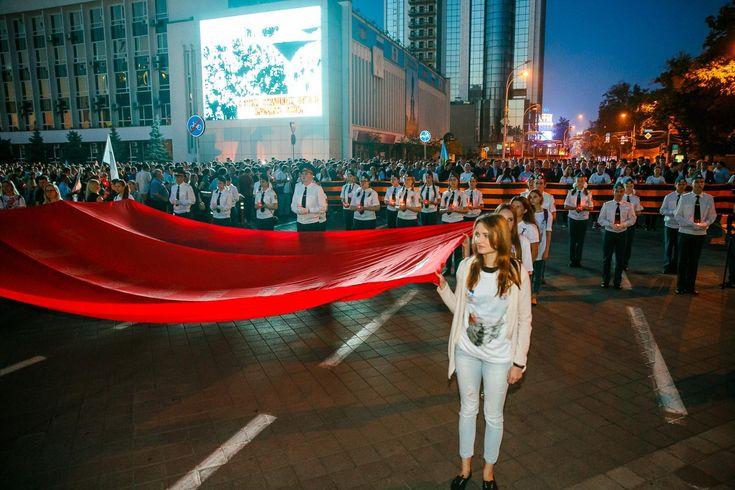 В Краснодаре прошла акция «Свеча памяти» с участием десяти тысяч человек  На рассвете колонна жителей города прошла от Театральной площади к Вечному огню, где состоялся траурный митинг по погибшим в годы Великой Отечественной войны.