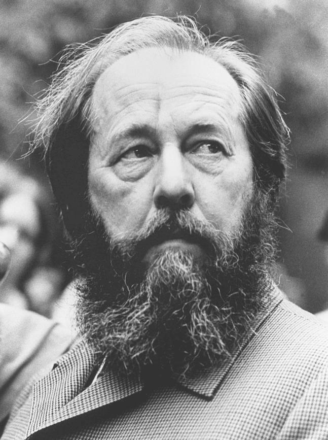Alexandre Issaïevitch Soljenitsyne, né le 11 décembre 1918 à Kislovodsk et mort le 3 août 2008 à Moscou, est un écrivain russe et dissident soviétique, auteur notamment d'Une journée d'Ivan Denissovitch, de L'Archipel du Goulag et de La Roue rouge.