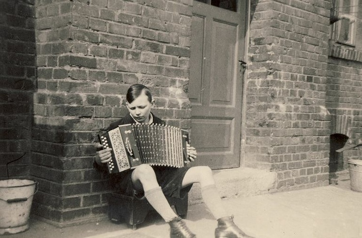 how to play small accordion