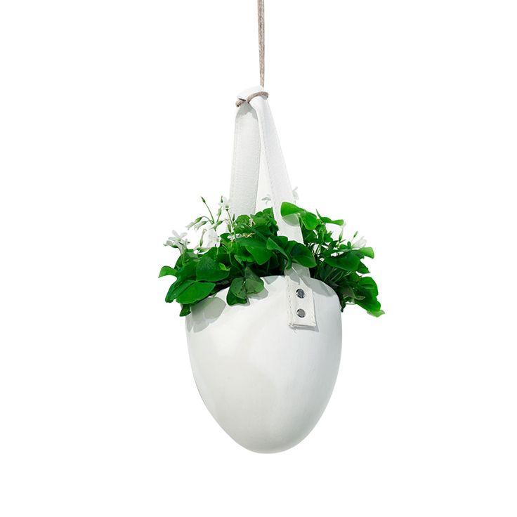 Vaso realizzato in ceramica, è caratterizzato dai toni del bianco con cui Serax ha voluto conferire eleganza e originalità. Portavaso appeso, dalla forma ovale di colore bianco. Originale e decorativo, da utilizzare in giardino, terrazzo o negli interni, da solo o in composizione con più coprivaso. Ideale per tutti coloro che amano portare un pezzo di giardino in casa o sul balcone per riprodurre all'intenro dei piccoli angoli di natura. Come un vero pezzo di arredamento il vaso per piante…