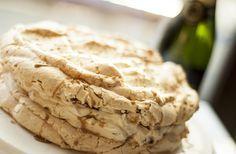 Kawowo-orzechowy tort bezowy z karmelem