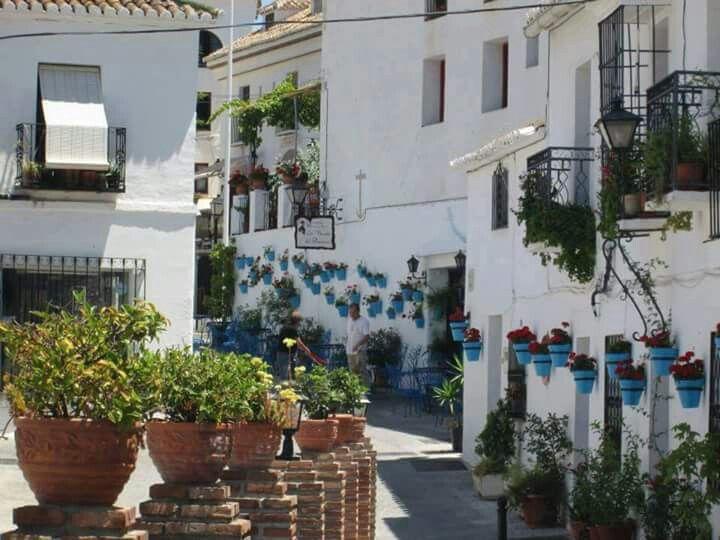 طرقات في قرية ميخاس الأندلسية التي تقع في مدينة مالقة  جنوب إسبانيا  https://m.facebook.com/story.php?story_fbid=10153531621965813&substory_index=0&id=315500270812