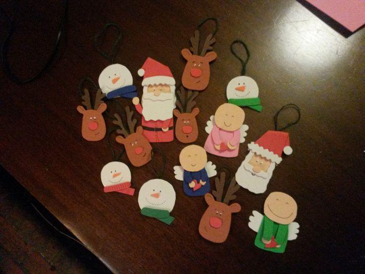 Pequeñas decoraciones para colgar en el árbol de Navidad. Todo hecho a mano con foam.