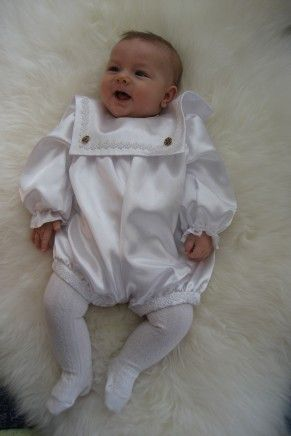 Babydress til navnefest,dåp eller fest.  Kommer i sateng, hvit eller ecru. Prestekrage er en modell til gutt, og passer til str.3-5 mnd.  Den er knappet bak og  i beina.