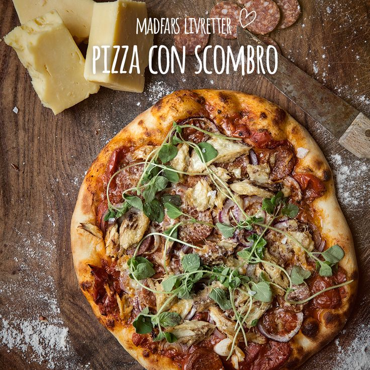 Madfars fantastiske 'Pizza con Scrombo'. Scrombo betyder selvfølgelig makrel på italiensk. Makrellens fedme gør sig fremragende som et alternativ til tun-pizzaen, du sikkert kender i forvejen. Husk en pizzasten for det bedste sprøde resultat. Se opskrift i bio.