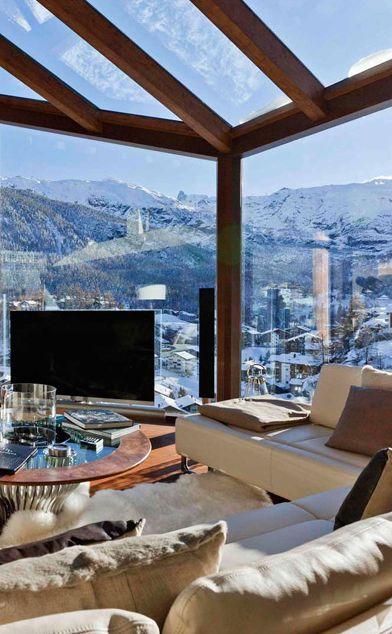 profitez des vues exceptionnelles offertes par la montagne en optant pour un #chalet vitré ! #architecture #swiss