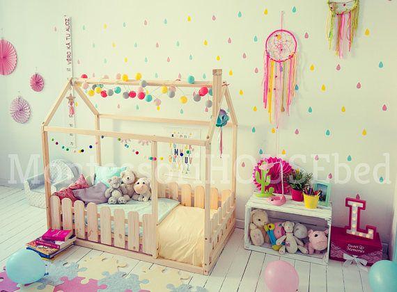Maison de lit est un lit de sol étonnant pour les enfants à peut dormir et jouer. Ce lit adorable maison fera la transition d'un lit de bébé à un lit de bébé en douceur. Cadre lit est conçu suivant Montessori meubles principes de l'indépendance – construction, il vous permet