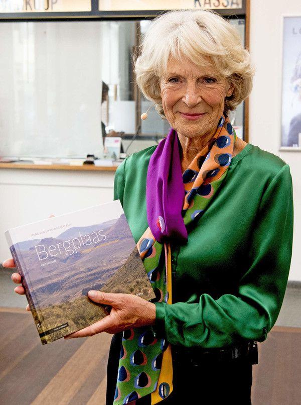 Prinses Irene met haar boek 'Bergplaas'