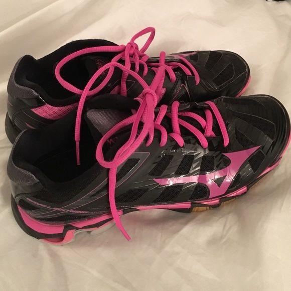 Mizuno Volleyball Shoes Pink and black Mizuno shoes for playing volleyball. Mizuno Shoes