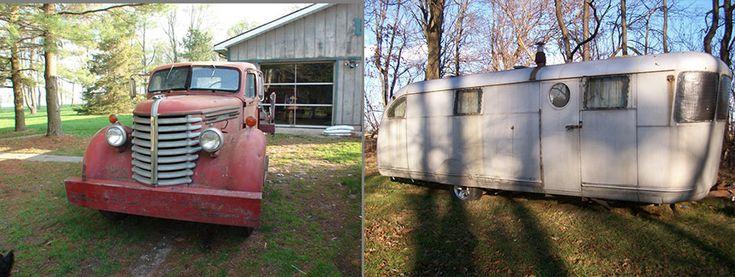 Олдтаймеры могут нетолько участвовать ввыставках или ралли старинных автомобилей. Возможно иболее прагматичное ихиспользование— скажем, поехать напикник или даже отправиться внастоящее ретро-путешествие! Этот восстановленный ярко-красный грузовичок «Diamond Tpickup» 1948 года стрейлером-прицепом «Spartan Manor» 1946 года просто созданы для дальних романтических поездок.