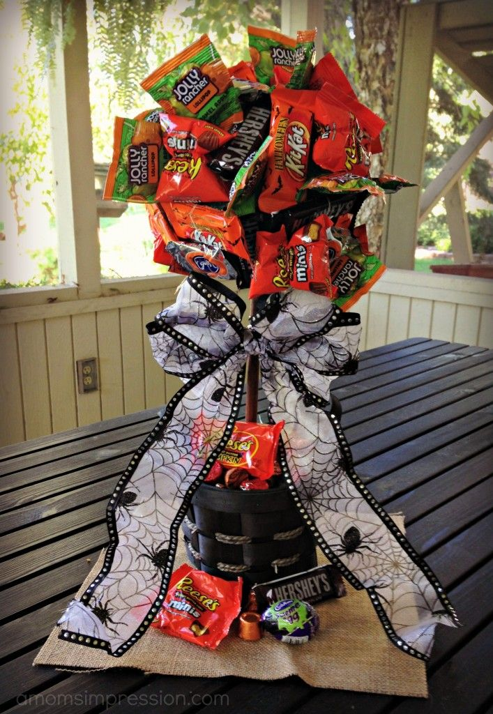 DIY Halloween Candy Topiary! OMG!  Too cute as a centerpiece or even a gift!  Could use this same concept for any holiday!