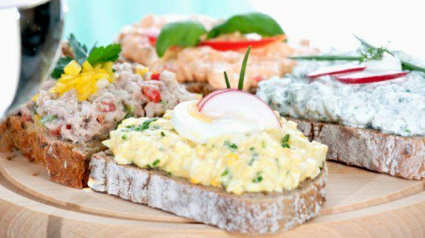 Receptů na pomazánky má každá rodina v zásobě bezpočet. A není divu... Pomazánka je rychle hotová, můžete ji mazat na chleba, krekry nebo do ní namáčet zeleninu, a blesková snídaně, svačinka či večeře je tak na stole za chvilku, bez velkého vaření.