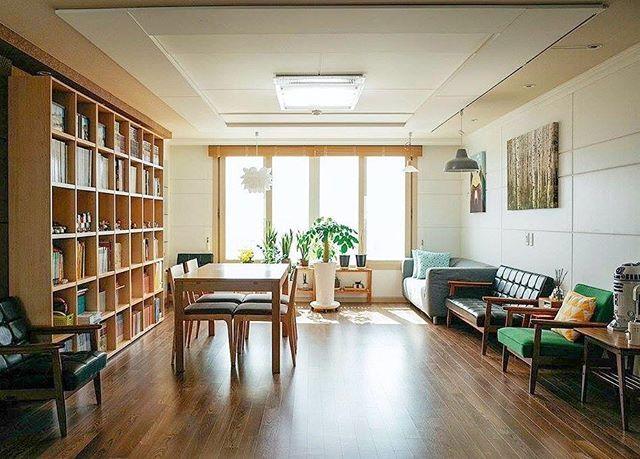 """""""2년 전에 바다와 한라산이 보이는 제주도의 전망 좋은 아파트로 이사오게 되었습니다. 욕심내지 않고 생각날 때마다 조금씩 꾸며나가고 있습니다. 언제까지나 현재진행형인 우리집이에요:)"""" . 집꾸미기 앱에 소개된 주황별님의 아늑한 집입니다! . [제품정보] 테이블 #이케아 책장 #리바트 소파 #가리모쿠 의자 #카레클린트 . #집꾸미기#어플#매거진#제주도#아파트#셀프#인테리어#집#홈#홈데코"""