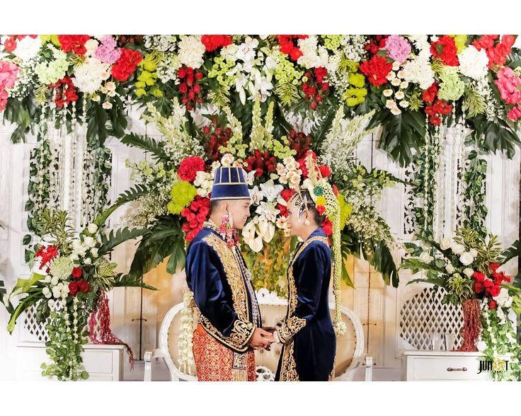 Aku akan menjadi alasan kenapa kamu tersenyum, menemanimu ketika tak ada yang mau bersamamu, dan menghapus setiap tetesan air mata yang kau jatuhkan. Karena aku ada untuk menjadi bagian dari sejarah hidupmu.. . . . . . . #weddingphotography #weddingphoto#weddingday#weddingmoments…