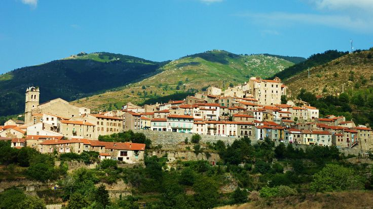 Mosset (Photo Jean-Pierre Pujol) : accroché à son éperon rocheux dominant fièrement la vallée, le village est riche de son patrimoine de rue...