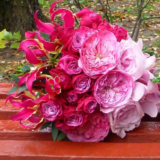 Букетик омбре для прекраной Анастасии - в нем смешались пионовидные розы,садовые английские чайные розы,орхидеи и глориоза! #монпион #букетбрянск #букетназаказ #доставкабрянск #декорбрянск #свадьбабрянск #свадьба #букетневесты #свадебныйбукет #monpion #flowers #weddingbryansk #weddingboquet #wedding #bryansk