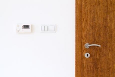 Proteger los interruptores e incluso esconderlos de vista, ya sea por tener niños en casa o por estética, es una de las tendencias.