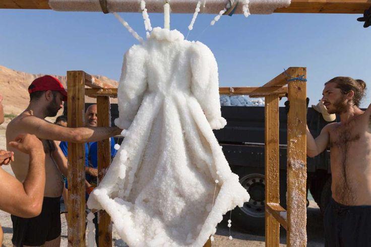 L'artista Sigalit Landau ha ottenuto una splendida scultura di sale immergendo per due anni un abito nero nelle acque del Mar Morto: ecco il risultato!