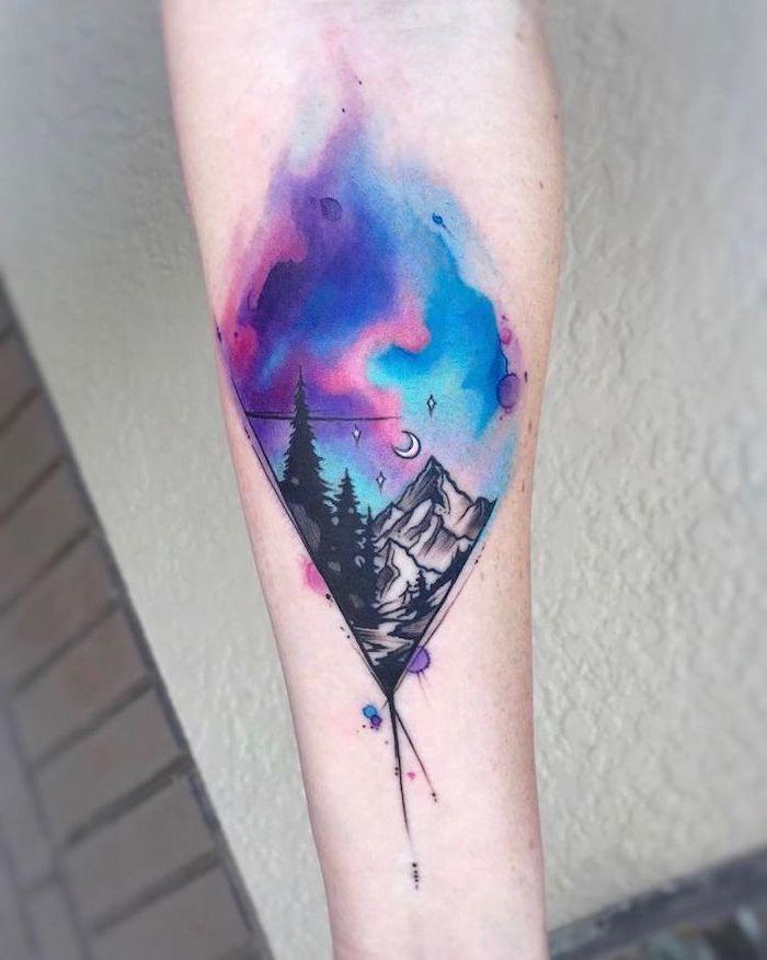 1001 Ideen Fur Ein Wunderschones Aquarell Tattoo Das Du Stehlen Kannst Berglandschaft Watercolor Rose Tattoos Watercolor Mountains Tattoo Sky Tattoos