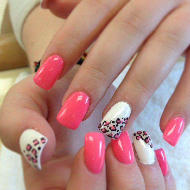 nail art simple en blanc et rose bonbon imprimé léopard